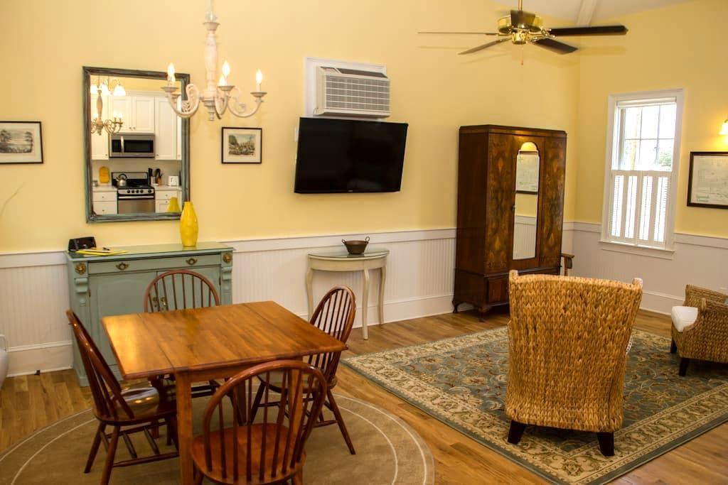 Jasmine Quarters - Carriage House (SVR-00538) - Savannah - Departamento