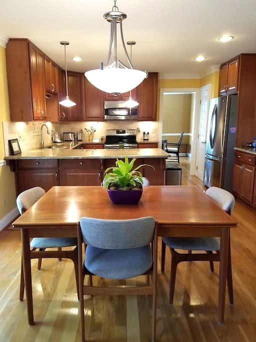 Private, beautiful retreat in Cary! - Cary - Huis