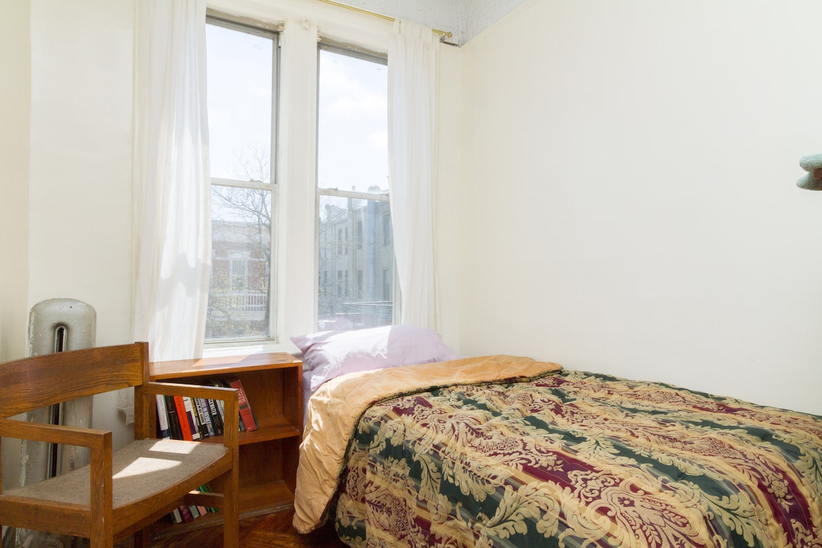 Affordable bedroom by Barclays Cntr