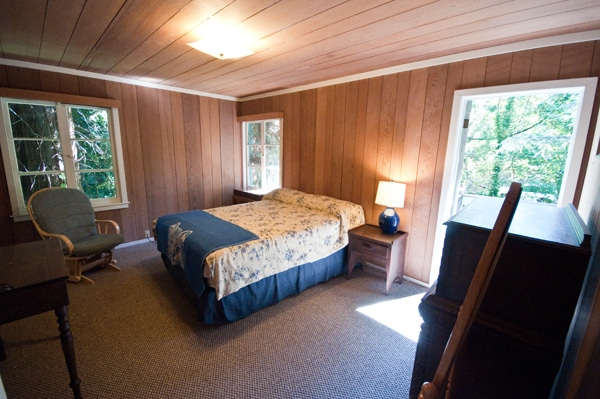 """wisteria room"", queen bed, shared deck with master bedroom, redwoods and yard vistas available from all windows, shared closet, large dresser"