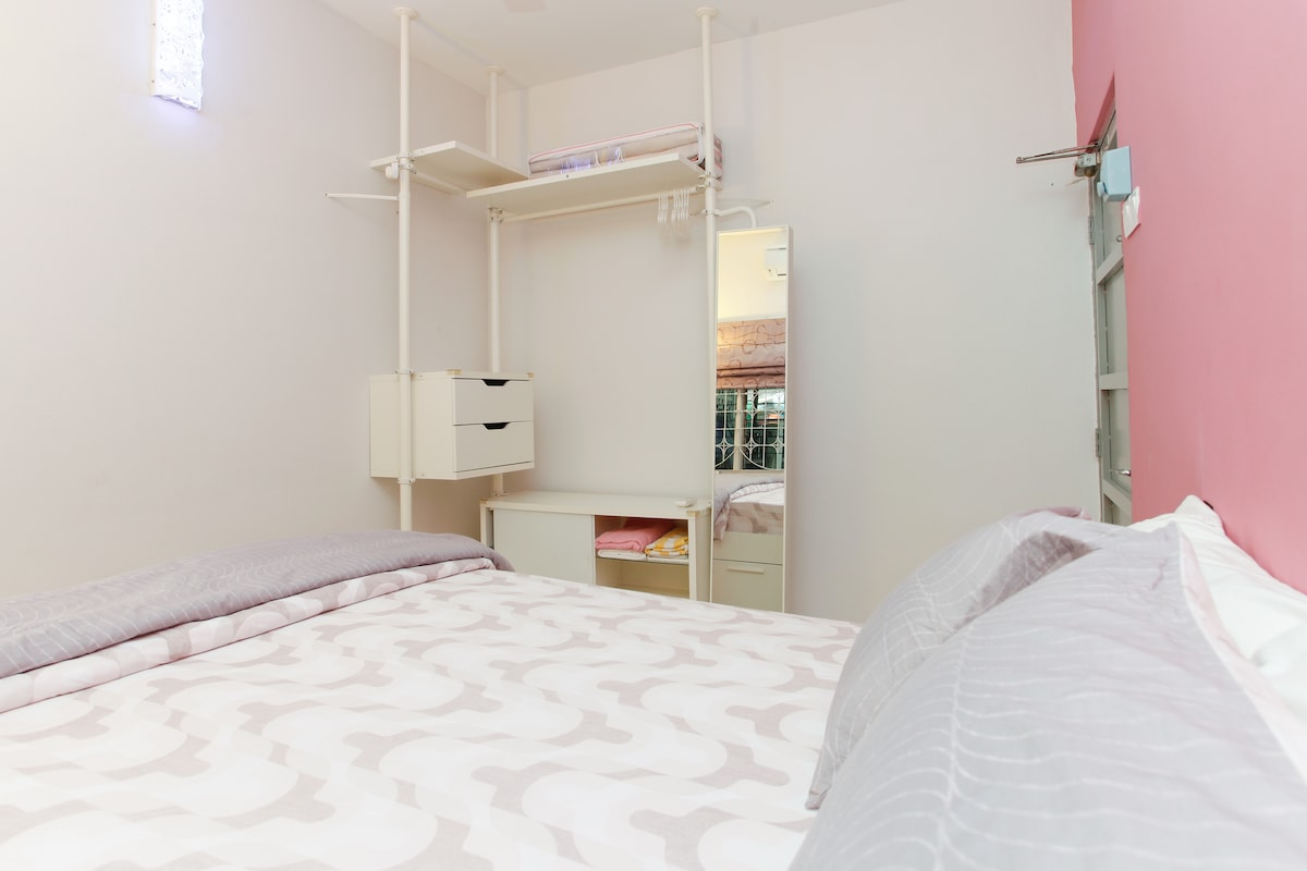 Room 1 with 1 queen bed