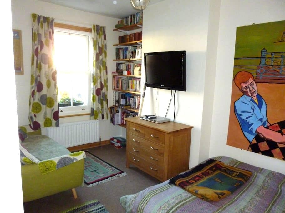 Comfortable double bedroom  with  shared bathroom - Oxford - Casa