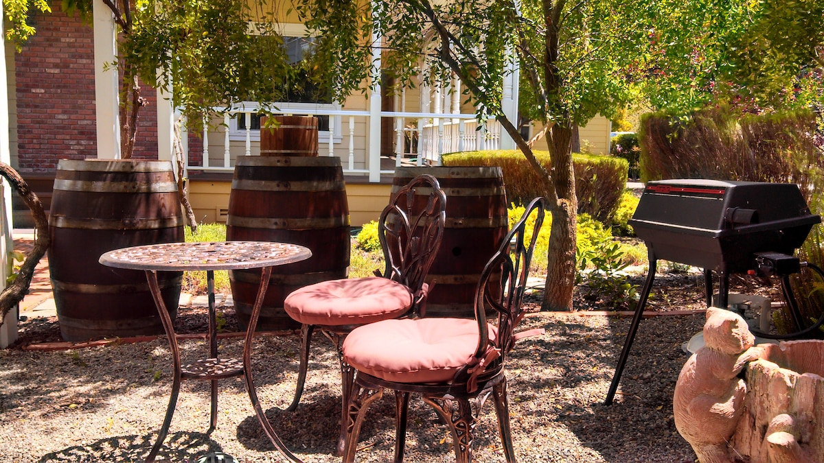 ~Enjoy a Cup of Coffee or Glass of Wine in the Courtyard~