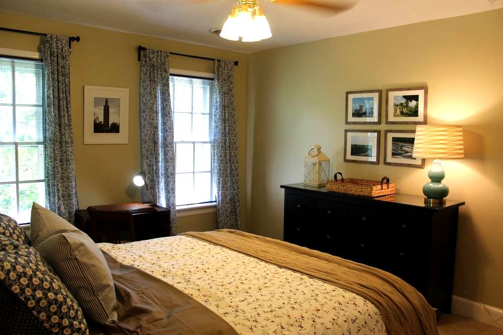 Large, newly furnished, second floor bedroom - Mechanicsville - Huis