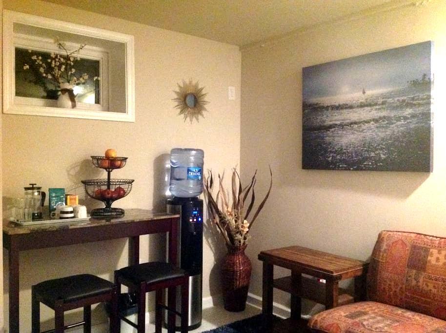 Sunny private lower level in Del Ray - Alexandria - Huis