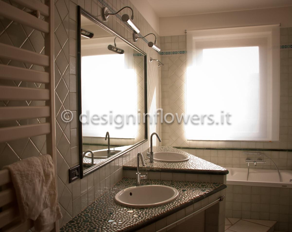Ampio bagno con doppio lavabo,vasca e cabina doccia