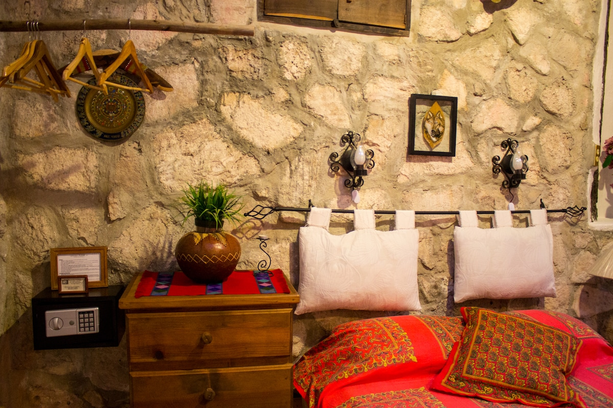 Casitas Kinsol Guest House Room #2 - A safe deposit box so that you can store your valuables -