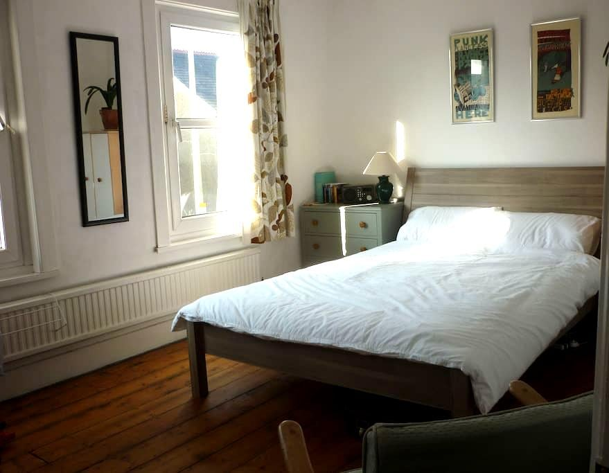 Large light double room in quiet house (+ bikes) - Oxford - Haus