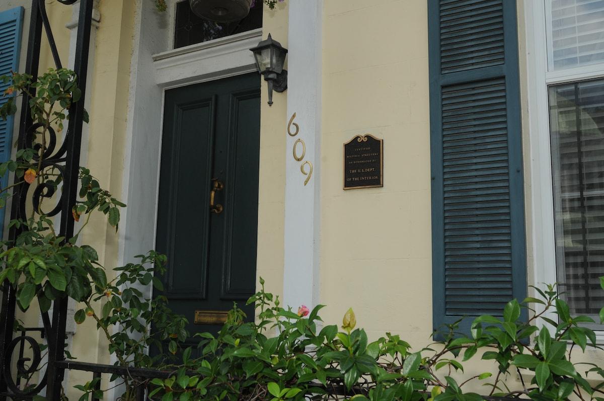 Room in Downtown Historic Savannah!