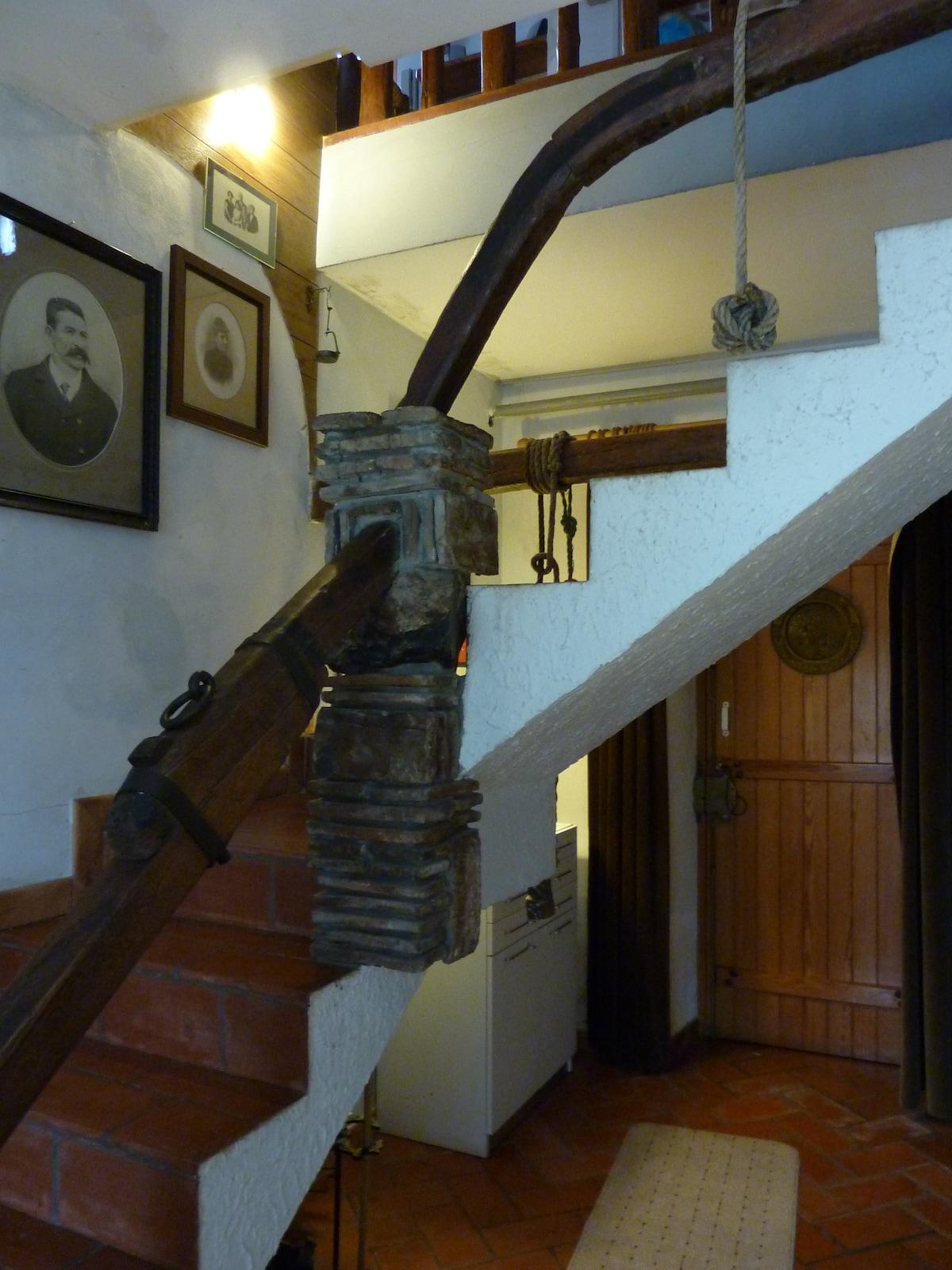 Hall d'entrée au rez avec les escaliers portant à l'appartement.