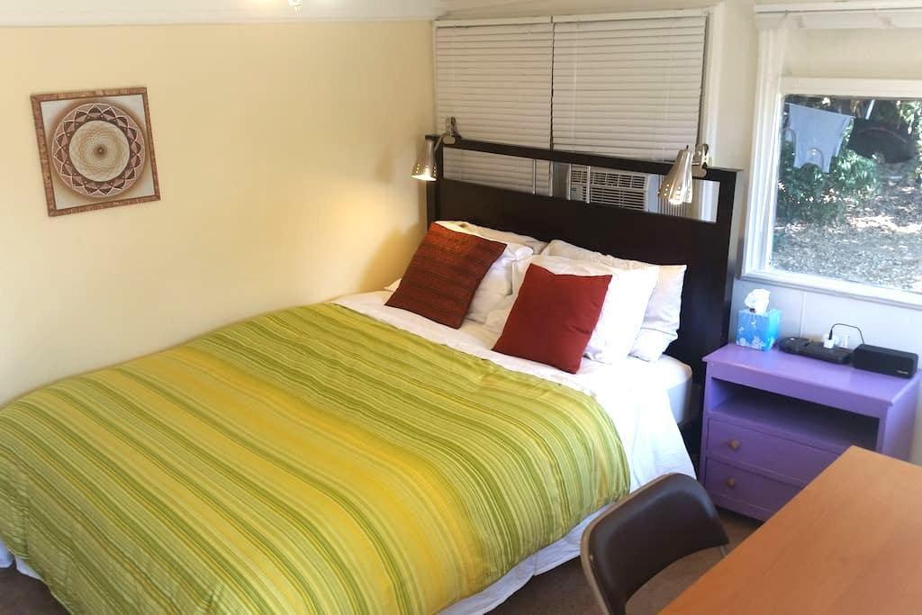Private backyard room. Queen bed. - Altadena - Casa