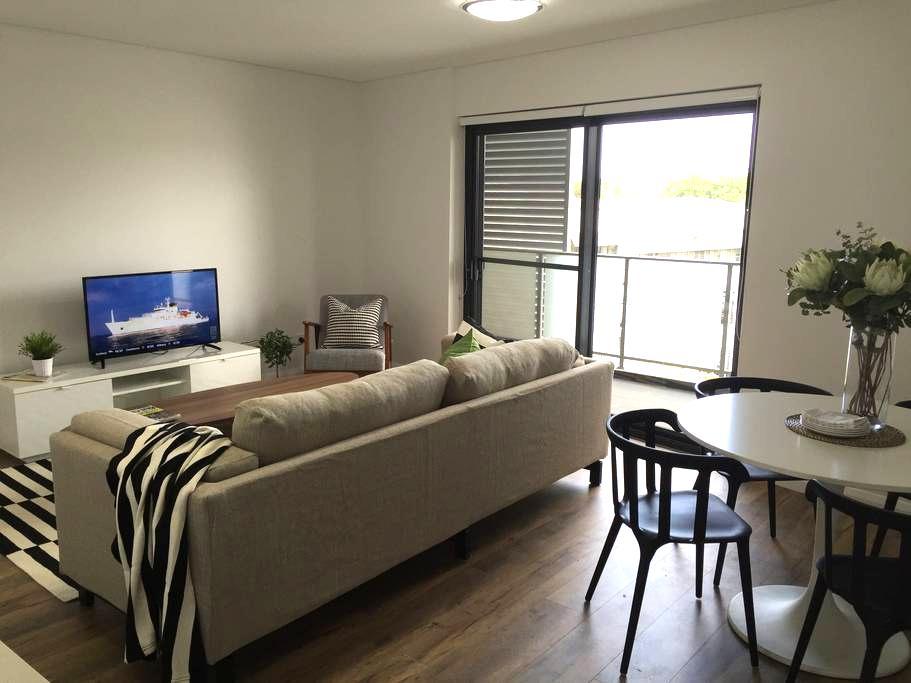 Stylish Brand New 1 Bed +Study Apartment w Parking - Saint Peters - Leilighet
