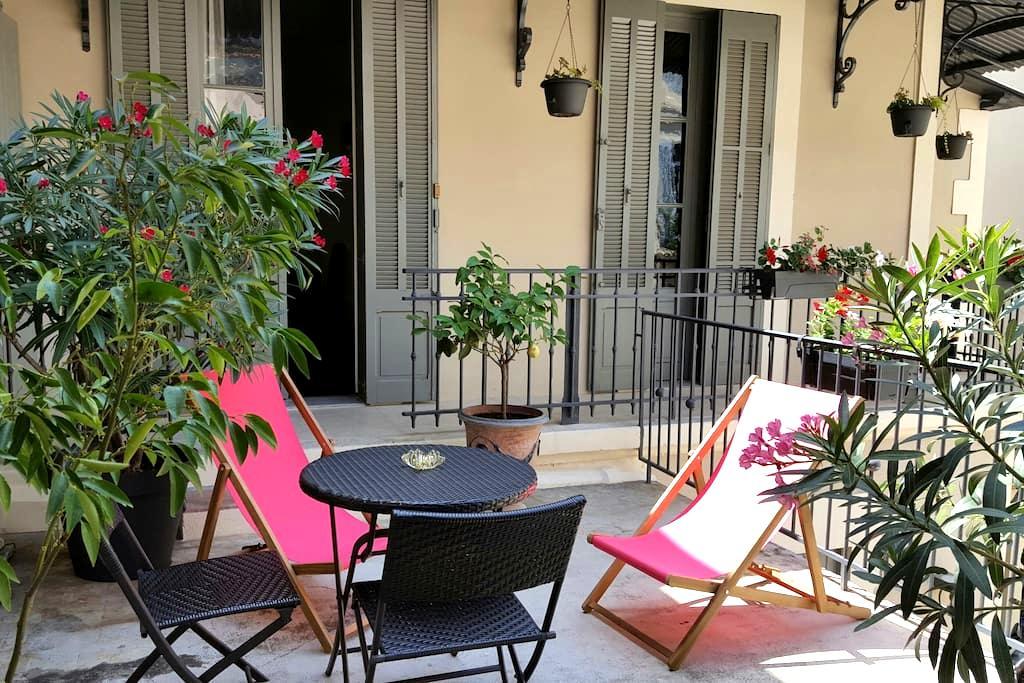 Arènes beau studio grande terrasse - Nîmes - Huis