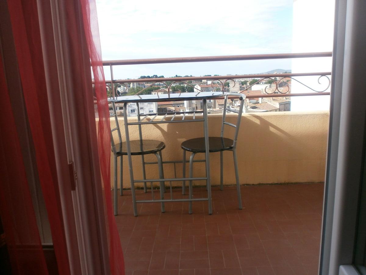 la fenetre de la chambre s'ouvre sur un  balcon disposé sud avec petite table et 2 chaises pour votre confort