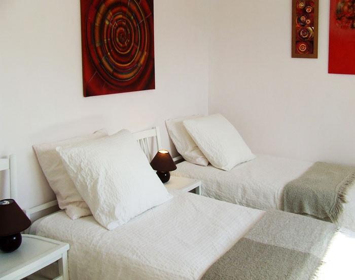 Seconde chambre (2 lits de 90 avec penderie et commode).