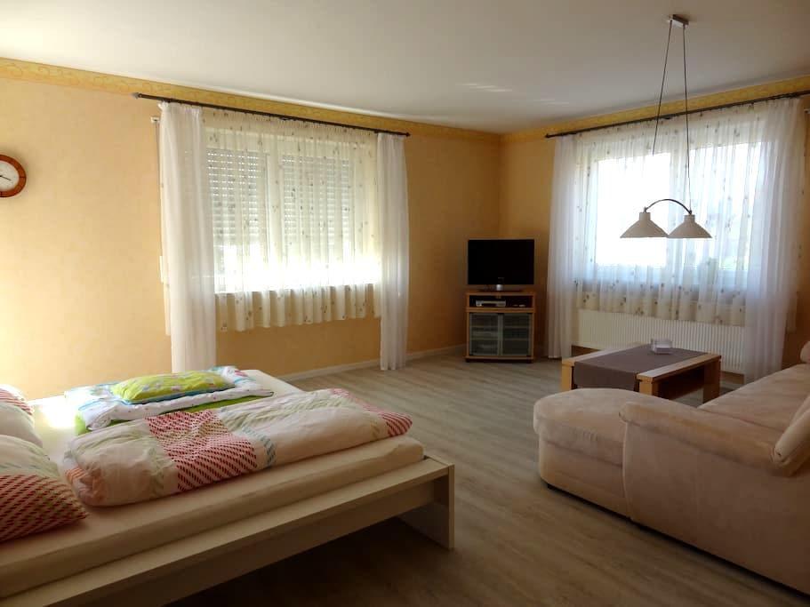 Helle und freundliche Ferienwohnung - Buttenheim - Apartamento