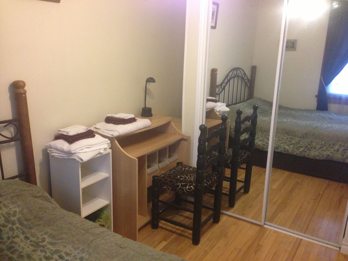 Double bedroom with desk and mirrored closet, perfect for work or relaxation