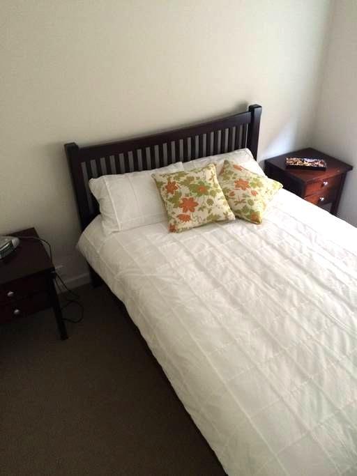 Private Bed & Bathroom at Oaklands - Oaklands Park - Casa