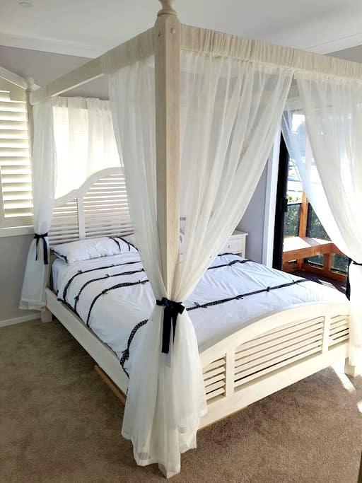 Comfy bedroom with balcony - Ballarat North - Casa & Casas departamentos y alquileres vacacionales perfectos para ...