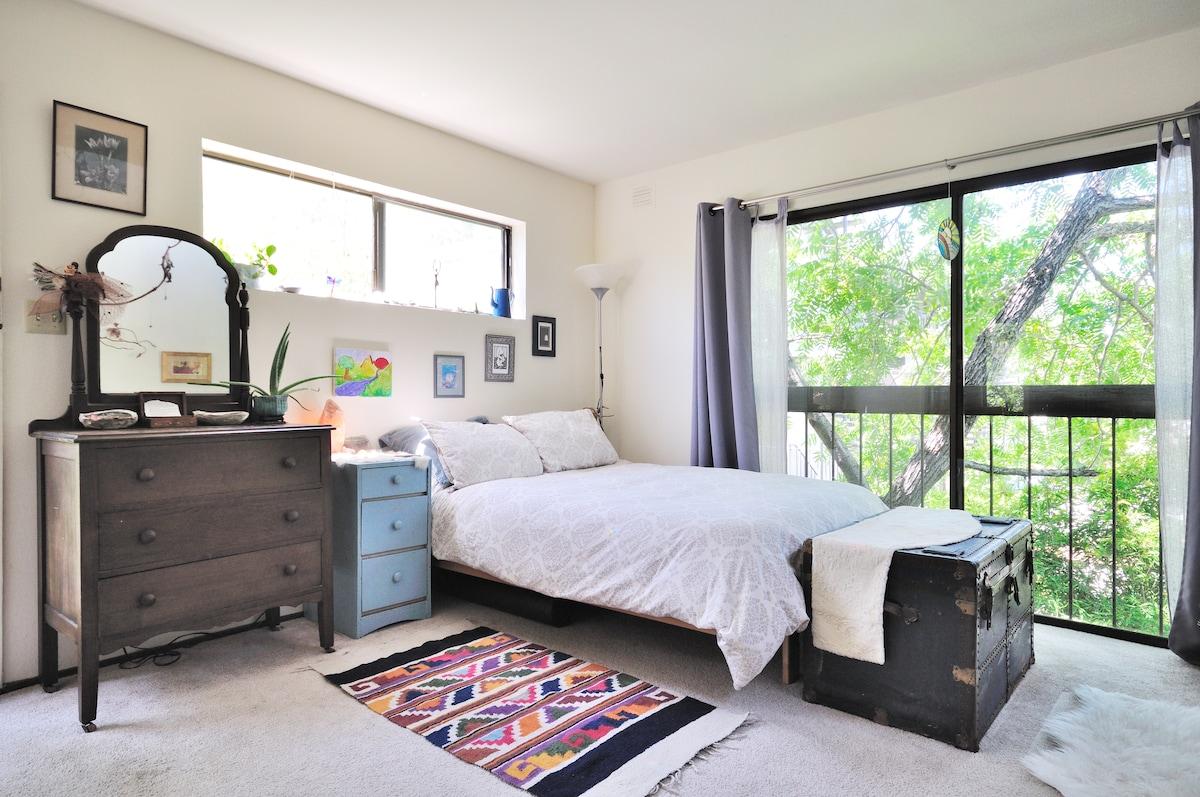 Backyard Cottage 'Treehouse' studio