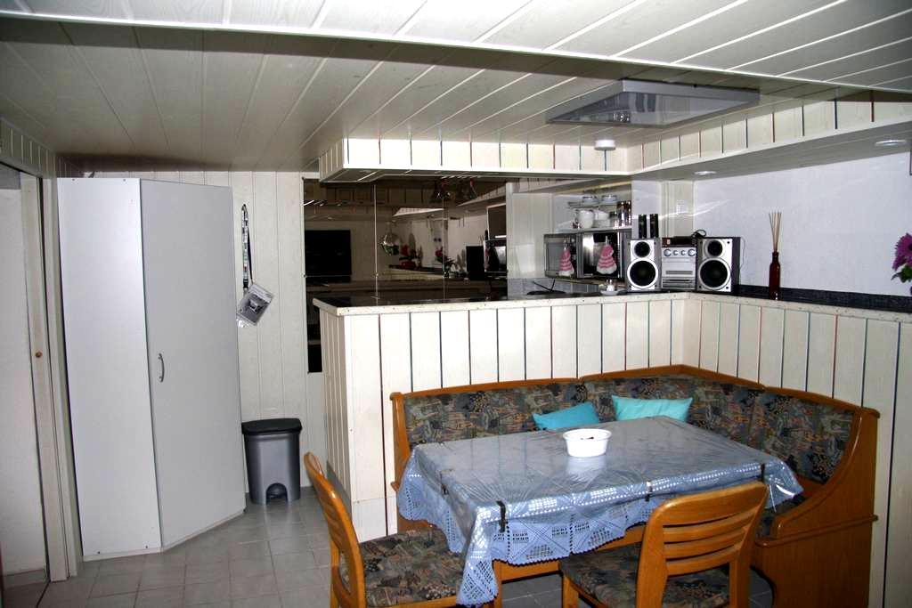 Zimmer mit Küchezeile und Bad - Weil am Rhein - Rumah