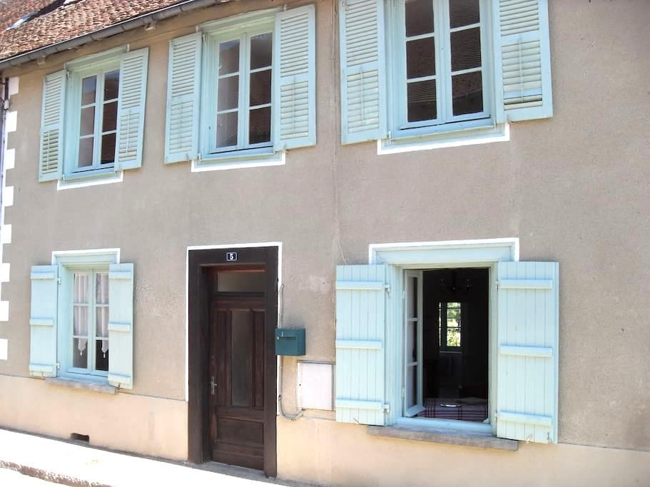 Charming House in Medieval Town - Saint-Germain-les-Belles - Casa adossada
