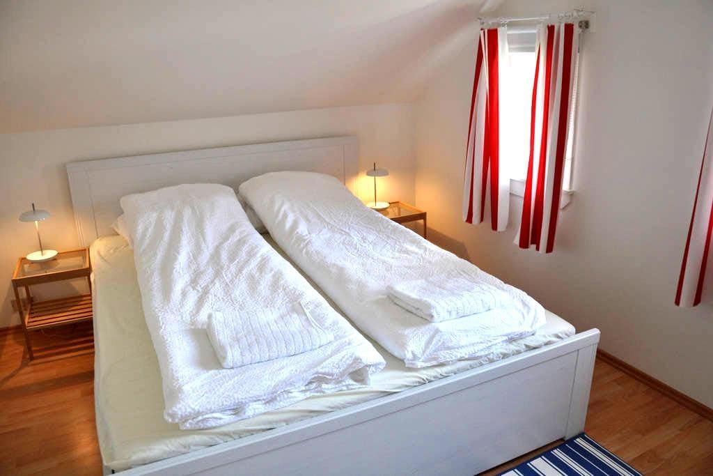 Budget room for 2 in cozy house. - Eskifjörður - Casa