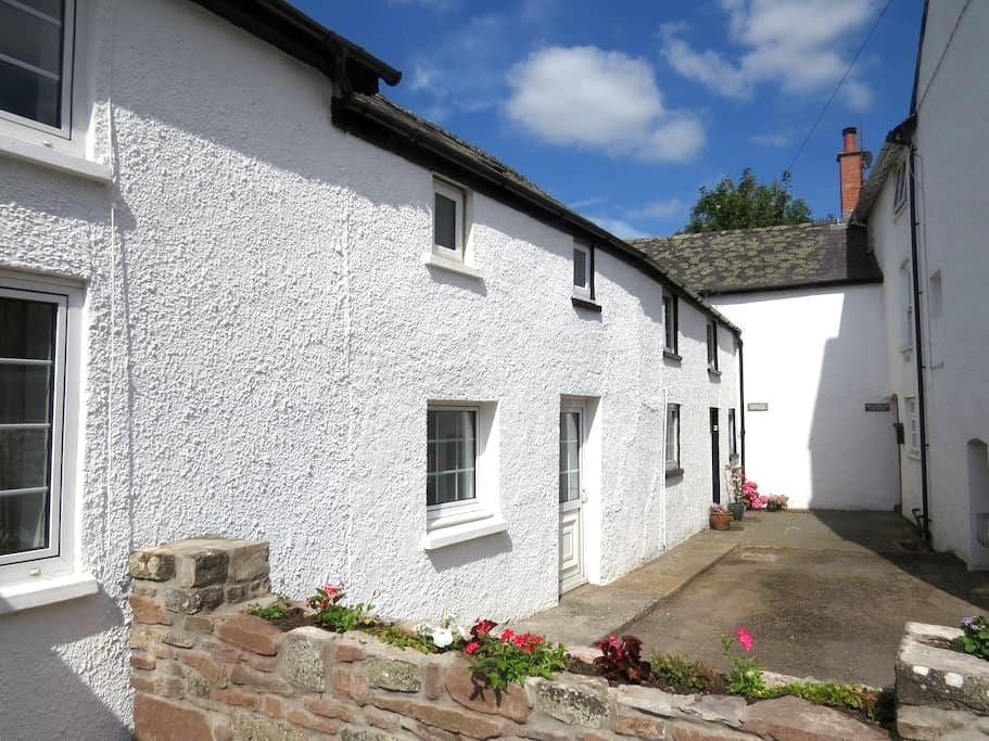 Pretty riverside cottage, Llangynidr, Crickhowell - Llangynidr - House