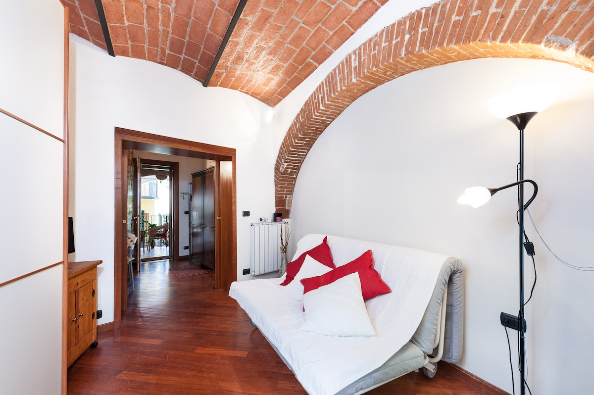 The old finush typicsl Florentine. This room is a luving room and bedroom together. In the day you stay on the difa and in the night you sleep  on jt