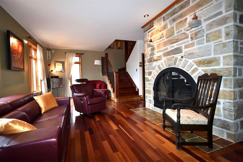 Grande chambre au Mountain shelter - Sainte-Anne-des-Lacs - Casa