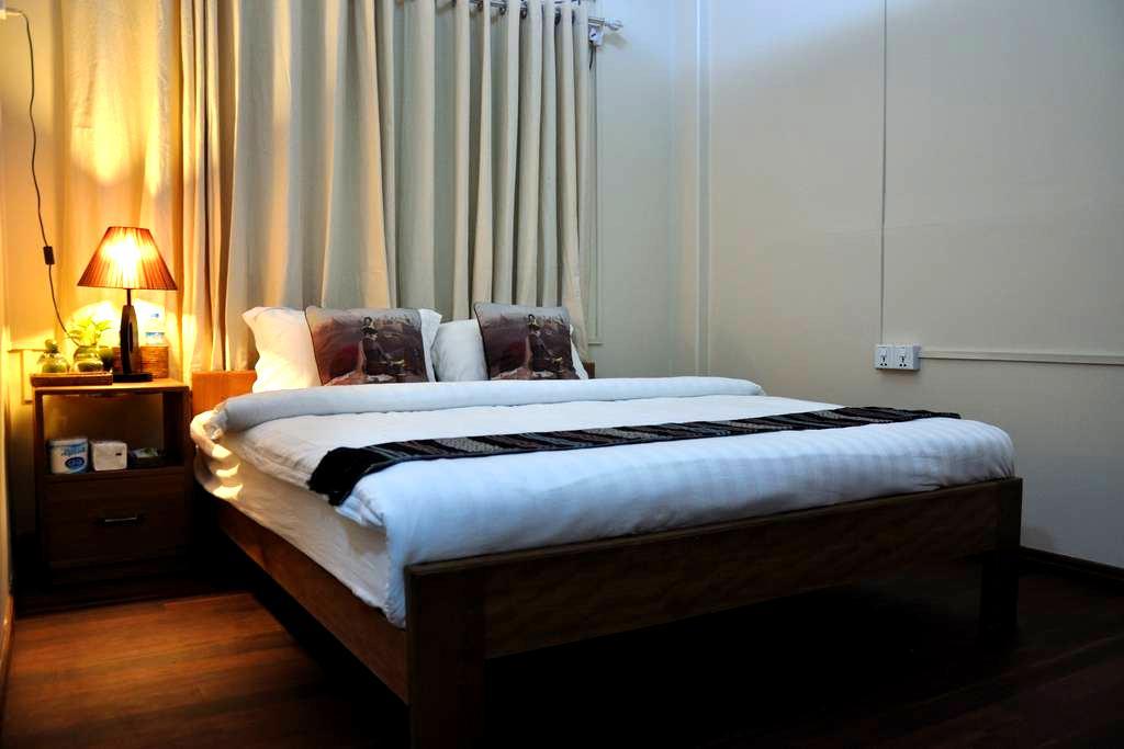 Private Double Room walking distance to Shwedagon - Yangon - Pousada