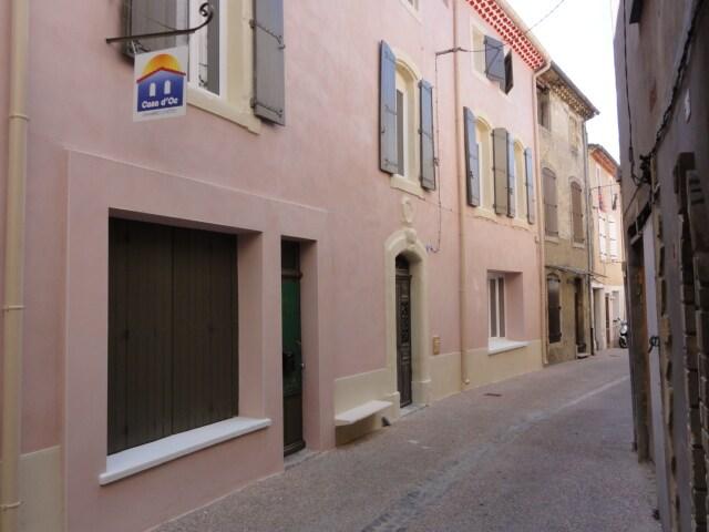 rue piétonne du centre médiéval du village de Nissan-lez-Enserune
