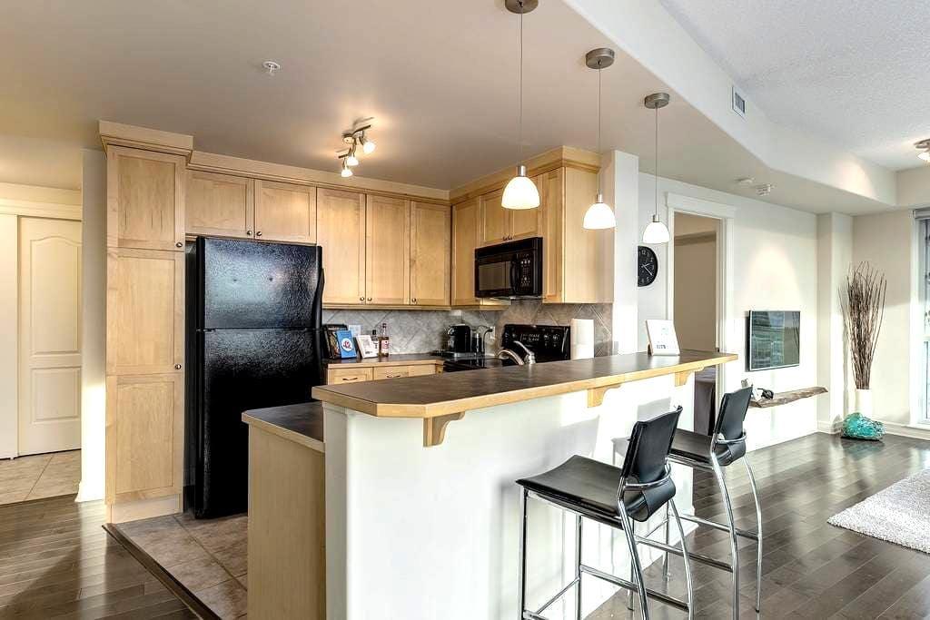 Uptown 17th 2 Bed 2 Bath with Underground Parking! - Calgary - Apartamento