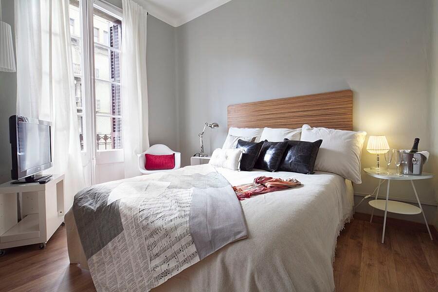 La habitación principal con la cama de matrimonio