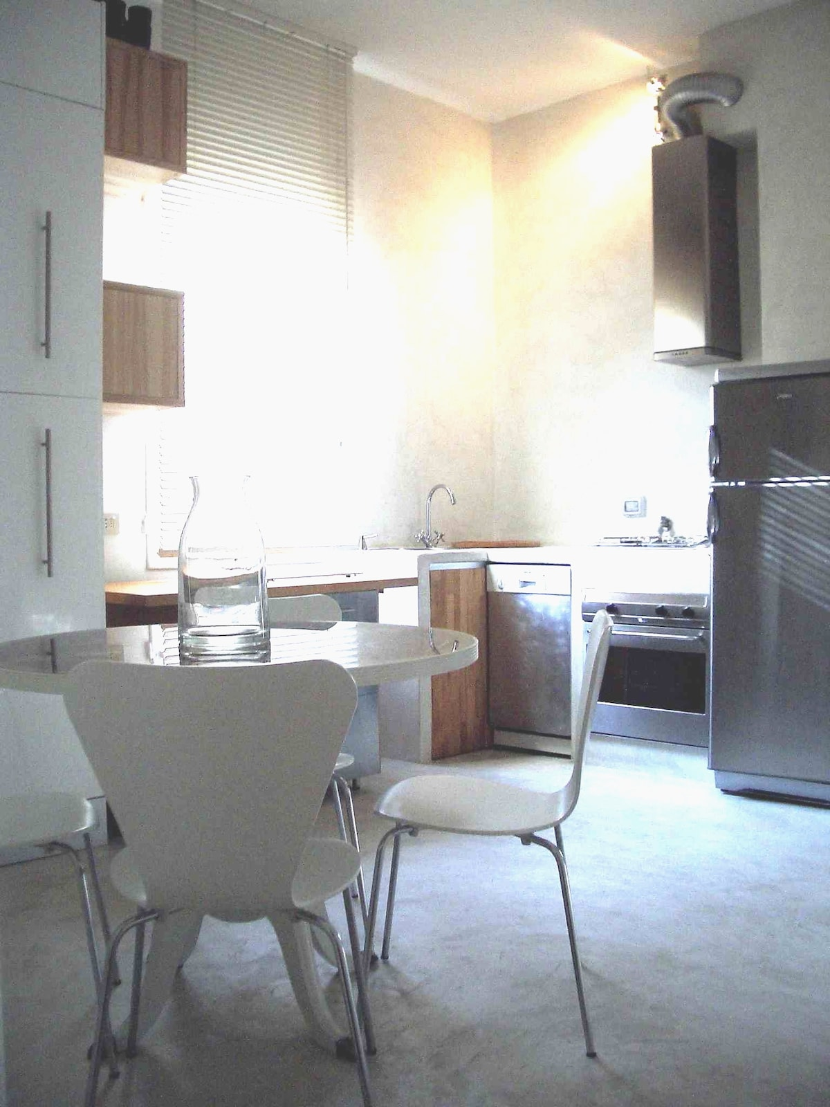 fully equipped eat-in kitchen with heaps of charm and atmosphere. Bright for breakfast and romantic for dinner.