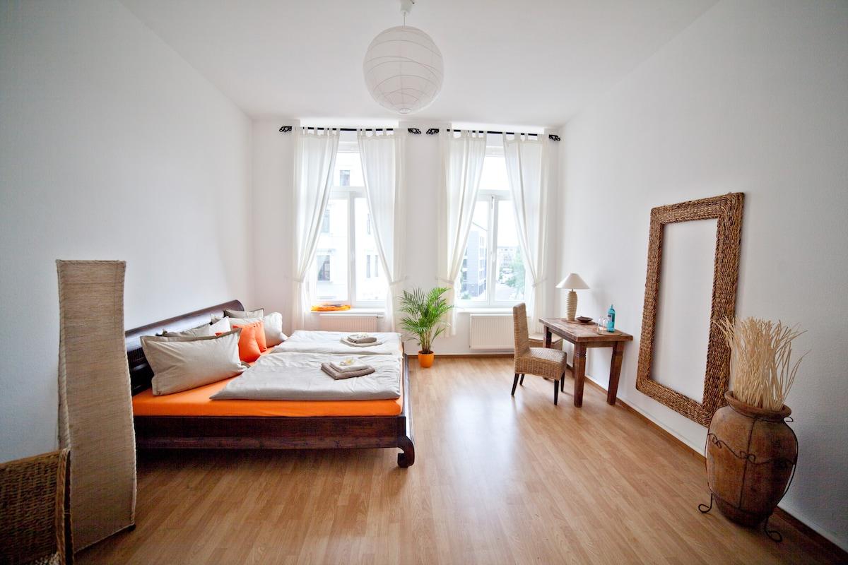 Zimmer mit Extra großem Kingsize Doppelbett, Sessel, TV, Spiegel, Tisch & Stuhl