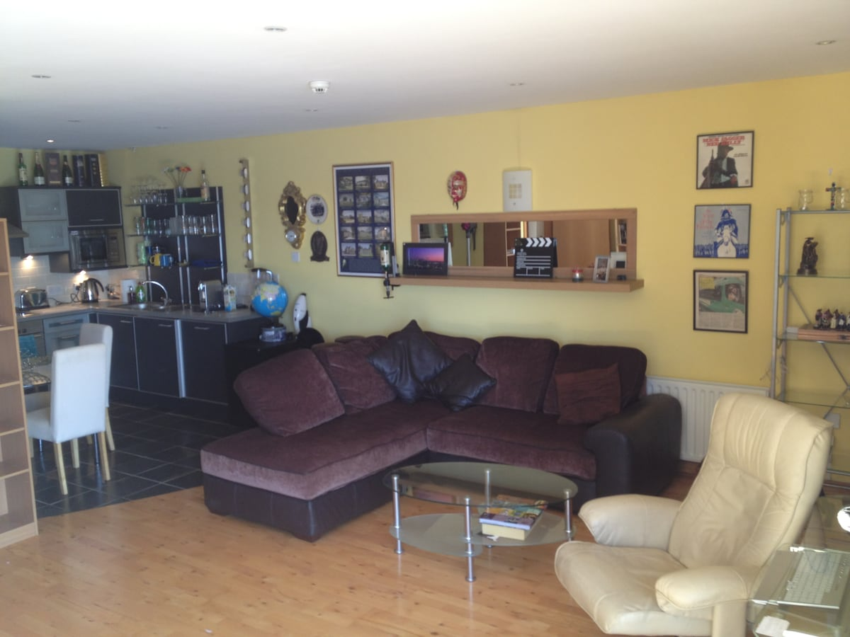 The living-room with a super comfortable L-shaped corner sofa and a nice cream-leather recliner for you relax on overlooking the river Foyle.