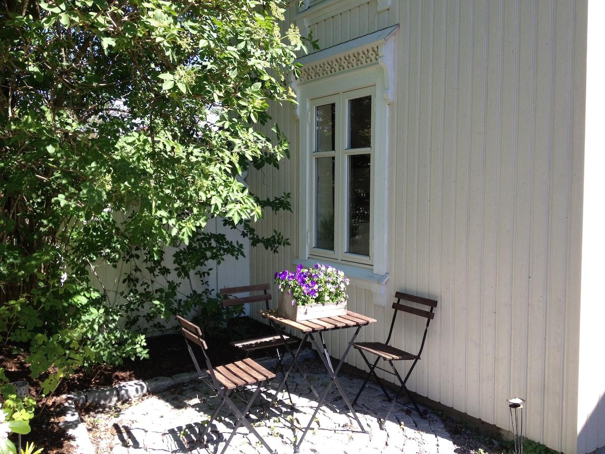 Lite hus i gammel eplehage med utsikt fra 2. etasje