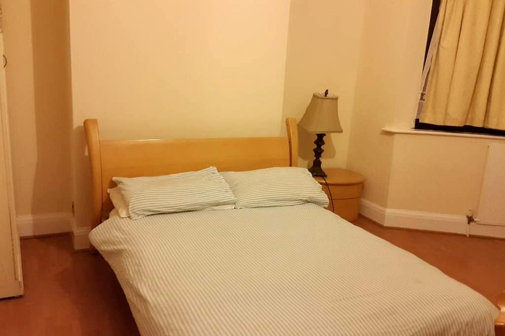 Ex-Large size room 2min to Station - Ilford - House