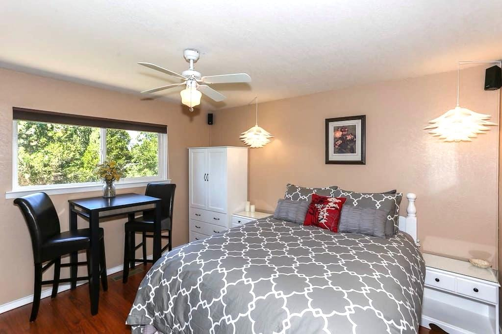 B&B Retreat! Convenient, Quiet, Kitchenette & Spa - Grass Valley
