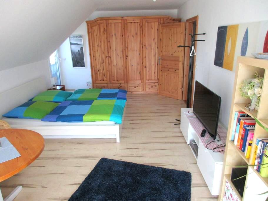 Helles, geräumiges Gästezimmer im ersten Stock. - Walsrode - Casa de huéspedes