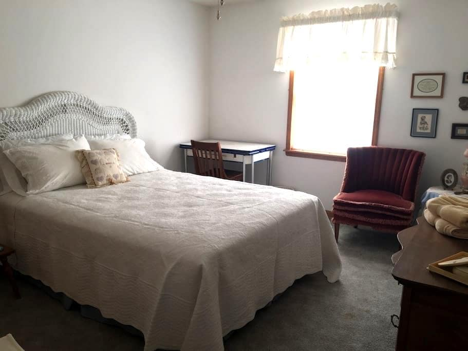 Stillwell Farms Inn - Private Bedroom - Lawrence - Bonner Springs