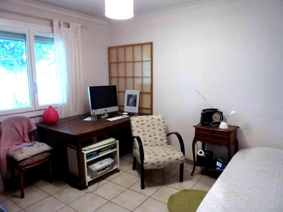 chambre au calme dans une maison facile d'accès - Nîmes - House