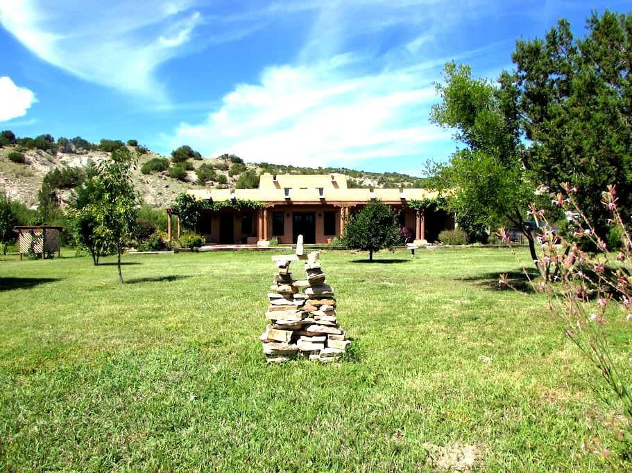 Southwestern style adobe home - Abiquiu - บ้าน