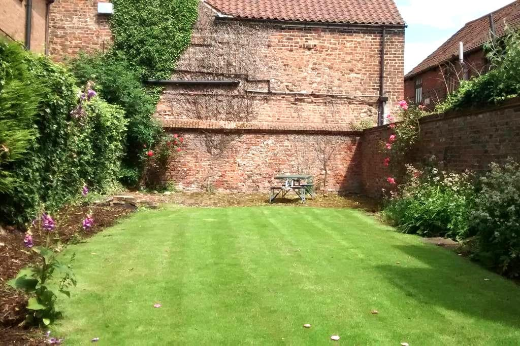 Lovely homely two bed flat in central period house - Beverley - Apartemen
