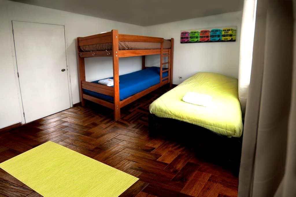 Room for 3 in heart of Miraflores with BREAKFAST - Miraflores - Huis