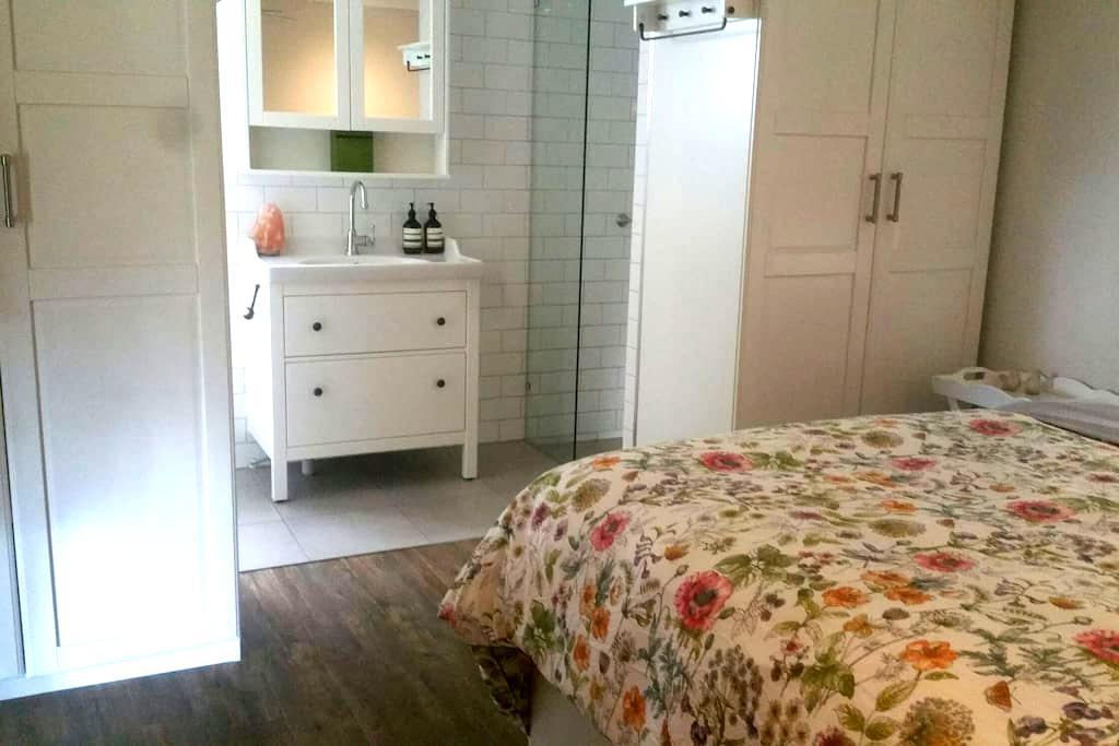 Candlebark Cottage Ensuite Bedroom - Jimboomba - House