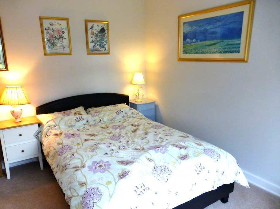 Lovely Room in Fabulous UK Village - Elstead - Casa