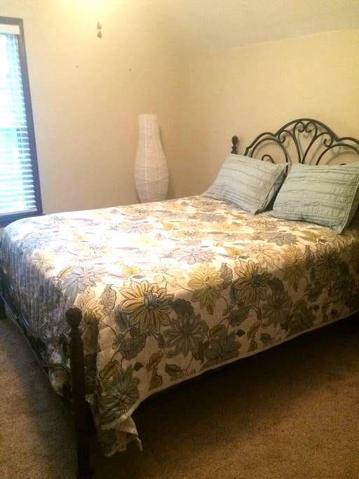 Cozy Bedroom in the Triad Area - Kernersville