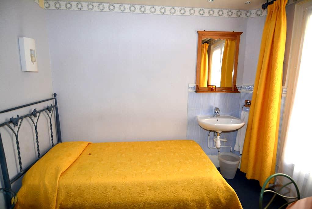 Chambre d'hôtel avec douche et toilettes partagées - Paris - Serviced apartment